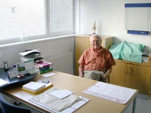 Profesor Oldřich Čech ve své ordinaci